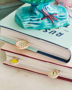 Este hazlo-tú-mismo es tan simple como bonito. Pega un botón (los botones vintage se ven GENIALES) a un clip y ponlo entre las páginas. Tu ratón de biblioteca nunca volverá a perderse en su lectura. Descubre más al respecto aquí.