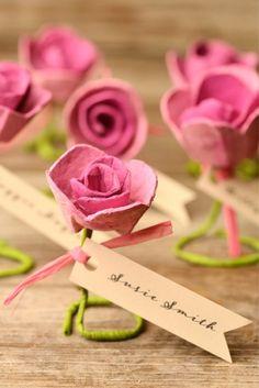 marcadores de sitio reciclados-30                                                                                                                                                      Más // diy paper rose escort cards made from egg cartons