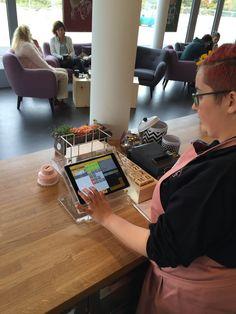 Die Bedienung im bloomell coffehouse an der dezent integrierten iPad Kasse von GASTROFIX