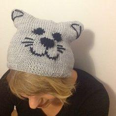 Kocia czapka dla miłośników kotów ;) Czapka wykonana na ściągaczu, kolor: jasnoszary. Obwód czapki bez rozciągania: 50 cm Więcej na: www.czapelnyzwelny.pl