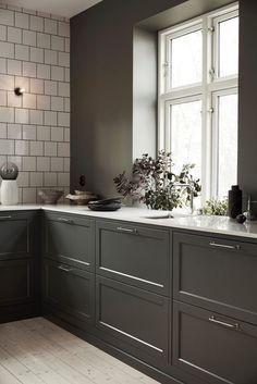 How to put your kitchen credenza? Interior Design Videos, Interior Modern, Interior Exterior, Home Interior, Kitchen Interior, New Kitchen, Kitchen Chairs, Kitchen Furniture, Kitchen Decor
