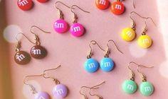 M Earrings. Su thefancy.com potete acquistare M Earrings, gli orecchini in argento placcato a forma dei famosi cioccolatini.