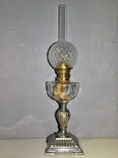 LAMPE A PETROLE  TOUPIE EN VERRE CISELE PIED REGULE ET DOUBLE VERRE OIL LAMP