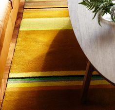 Nahaufnahme von kurzflorigem STOCKHOLM Teppich in Gelb aus 100 % reiner Schurwolle