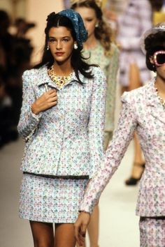 Chanel Spring 1995 Ready-to-Wear Fashion Show - Vogue Bedazzled Bra, Stylish Outfits, Cute Outfits, Stylish Clothes, Chanel Runway, Chanel Jacket, 2020 Fashion Trends, Chanel Spring, Got The Look