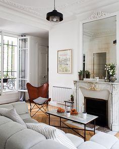 Salon : miroir sur cheminée et canape gris