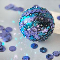 recubrir bola de poliespan con lentejuelas.Idea para bola de navidad o relleno de un centro de mesa