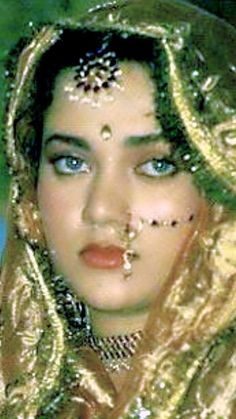 Nose Jewels, India Beauty, Girl Face, Bollywood Actress, Faces, Actresses, Gold, Vintage, Beautiful