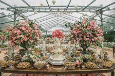casamento-ao-ar-livre-mesa-de-doces-debora-e-thiago-foto-renata-xavier - Inesquecível Casamento