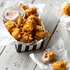 Für diese Tater Tots brauchst du nur die Süßkartoffel kochen, reiben, zu Bällchen formen und frittieren. Dazu gibt es einen cremigen Ketchup-Joghurt-Dip.