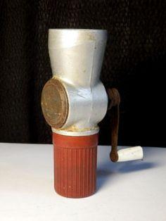 Antik-selten-Bakelit-Reise-Kaffeemuhle-Pfeffermuhle-Fleischwolf-Stil-grinder Gadgets, Coffee Grinders, Vintage Coffee, Decoration, Herbalism, Mugs, Tableware, Voyage, Decor
