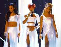 Destiny's Child at the 2001 Soul Train Lady Of Soul Awards. The DC ladies went for gauzy white ensembles for a tribute performance for the late Aaliyah. 2000s Fashion, Fashion News, Kids Fashion, Cute Celebrities, Celebs, 00s Mode, Soul Train Awards, Beyonce Knowles Carter, Beyonce Style