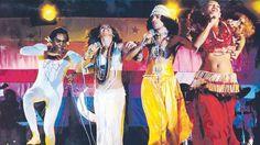 De izquierda a derecha, Gilberto Gil, Maria Bethania, Caetano Veloso y Gal Costa, en su espectáculo tropicalista Doces Bárbaros, expresión de una estética brasileña.