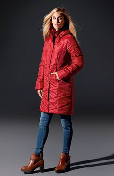 Kurtka z odpinanym kapturem w pięknym czerwonym kolorze, marki Happy Holly, 279 zł.