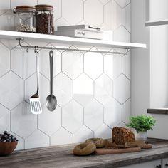 Du carrelage hexagonal sur le mur de la cuisine