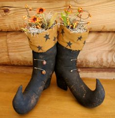 Great Fall Decoration Primitive Witch Shoes Fall/Halloween Cloth, primitive pins and bell embellishments Stands about 12 inches high. Halloween Treats, Fall Halloween, Halloween Party, Halloween Decorations, Halloween Costumes, Primitive Fall Crafts, Primitive Autumn, Halloween Projects, Craft Projects