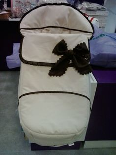 bebetecavigo. Saco de silla muum realizado en piqué camel combinado con chocolate.