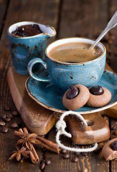 Helpful Advice For Anyone Looking To Brew A Good Pot Of Coffee! Coffee And Books, I Love Coffee, Coffee Art, Coffee Break, My Coffee, Coffee Drinks, Morning Coffee, Coffee Shop, Coffee Cups