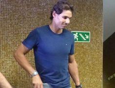 Rafael Nadal desembarca no aeroporto internacional do Rio de Janeiro (Foto: Carol Fontes)