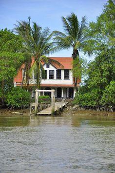 Plantage frederiksdorp aan de commewijnerivier Suriname