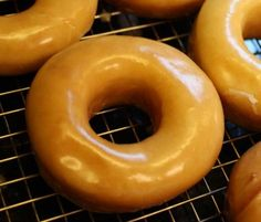 Makes 12 Doughnuts Baked Doughnuts reduce the fat content Doughnuts are the world's favourite snack! Milk Shakes, Just Desserts, Delicious Desserts, Yummy Food, Delicious Chocolate, Milk Shake Chocolat, Breakfast Recipes, Dessert Recipes, Recipes Dinner