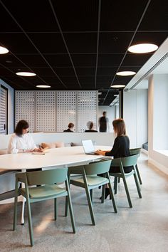 Office Tour: Celgene Offices – Melbourne - The circles in this space help break up all of the vertical and horizontal lines. Informationen zu O - Home Office, We Work Office, Best Office, Office Inspo, Small Office, Corporate Interiors, Corporate Design, Office Interiors, Business Design