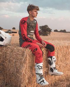 jesusgalvezfotografia Just chilling ⚡️ W/@davidjimenez__19 🙌🏻 Motocross Kit, Motocross Riders, Atv Gear, Mx Boots, Bike Leathers, Motorcycle Suit, Biker Boys, Country Boys, Cute Boys