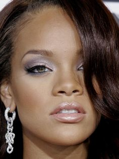 Purple or blue and gray eyeshadow looks fab on Rihanna Rihanna Makeup, Rihanna Riri, Rihanna Style, Young Rihanna, Grey Makeup, Beauty Makeup, Fall Makeup, Beautiful Black Women, Beautiful Eyes