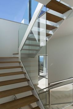 Arquitectura contemporánea en Marbella Glass Stairs, Metal Stairs, Modern Stairs, Interior Staircase, Floating Staircase, Railing Design, House Stairs, Dream Home Design, Luxury Decor