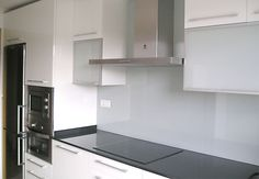 Consejos para que una cocina parezca más grande | CasaToc Blog Pantry Design, Kitchen Cabinets, Architecture, Storage, Room, Grande, Furniture, Home Decor, Kitchens