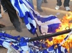 Ομάδα νεαρών έβαλα φωτιά σε Ελληνική σημαία στην Πάτρα