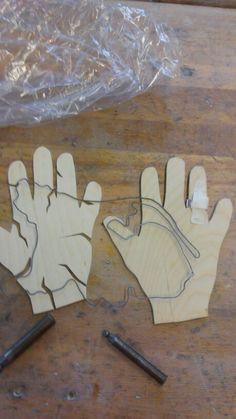 6. Vandaag heb ik met metaal een ring om de vinger van de hand van de nederlander maar hij zit nog niet helemaal vast dus heb ik er tape omgedaan