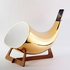 Italian designers isabella lovero and enrico bosa of en&is studio have updated 'megaphone', a ceramic passive amplifier created for the iphone and ipod touch