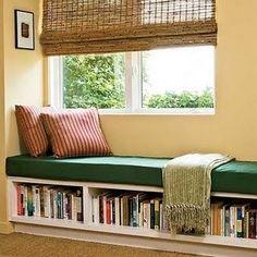 Sala: Sillon en la ventana con estanteria de libros