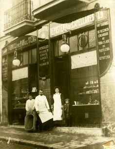Pastelería Viena Capellanes de calle Marques de Urquijo. 1900 Madrid Old Pictures, Old Photos, Foto Madrid, Photo Journal, Vintage Shops, Old World, Barcelona, Old Things, San
