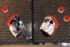 Reutilización de materiales en Guatemala: muro + mobiliario formado por 1600 tubos de cartón
