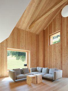 Vom über zwei Etagen reichenden Wohnzimmer blickt man auf die Bergwelt des Engadin. (Foto: Ralph Feiner; Ruedi Walti)