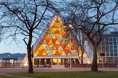 Arquitectura sustentable: Materiales de construcción ecológicos - Noticias de Arquitectura - Buscador de Arquitectura: En Nueva Zelanda recientemente se construyó una catedral de cartón reciclado para sustituir la que se destruyó tras un terremoto. Además, 8 contenedores reutilizados le dan fuerza a la estructura