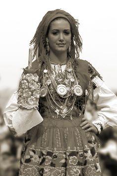 Lavradeira Vianense History Of Portugal, Albanian Culture, Popular Costumes, Portuguese Culture, Beautiful Costumes, Folk Fashion, Red Skirts, Folk Costume, World Cultures