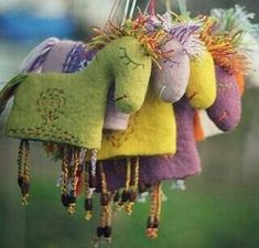 sewn horses inspiration, no tutorial. Needs to be translated. These are gorgeous. Fabric Dolls, Fabric Art, Fabric Crafts, Sewing Toys, Sewing Crafts, Sewing Projects, Felt Christmas Ornaments, Christmas Crafts, Felt Embroidery