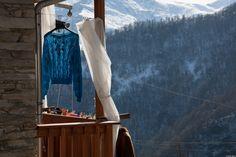 panni stesi in montagna - i panni stesi rappresentano qualcosa di intimo e vitale, hanno bisogno di aria e luce per asciugare...