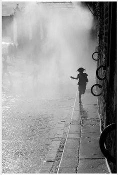 New Photography Black And White Paris Robert Doisneau Ideas Robert Doisneau, Great Photos, Old Photos, Love Rain, French Photographers, Photo B, Dancing In The Rain, Black And White Pictures, Photojournalism