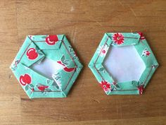 Really good variations on fabric & paper piece cutting for EPP Hexagon Patchwork, Patchwork Tutorial, Patchwork Quilt Patterns, Hexagon Quilt, Quilting Patterns, Quilting Projects, Sewing Projects, Projects To Try, Christmas Placemats