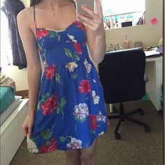 AEO Floral Print Sundress Even has pockets! Beautiful floral (Hawaiian looking) sundress. Perfect for vacations! American Eagle Outfitters Dresses Mini