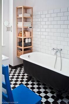 Wanna wolnostojąca retro w niezbyt dużej łazience. Wanna umieszczona jest wzdłuż dłuższej ściany, wygflada lekko i stylowo