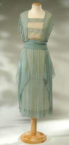 1918 - Dress whole crepe silk blue and white.    L'abito è chiuso sul davanti, lateralmente da una serie di gancetti e irrigidito da stecche. The dress is closed on the front side by a series of hooks and stiffened by battens.