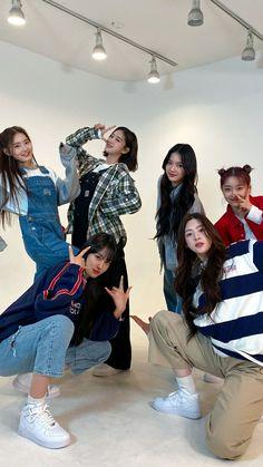 Kpop Girl Groups, Kpop Girls, Neon Heart Light, Korean Friends, Face Aesthetic, Kpop Posters, Cute Korean Girl, Buko No Hero Academia, Friend Photos