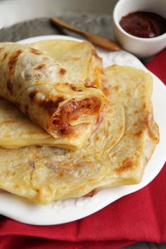 Mahjouba – Algerian tomato & onion filled pancake Mahjouba - Algerian pancakes filled with tomatoes & onions - street food. Middle East Food, Middle Eastern Recipes, Algerian Recipes, Algerian Food, Vegan Recipes, Cooking Recipes, Cooking Tips, Good Food, Yummy Food