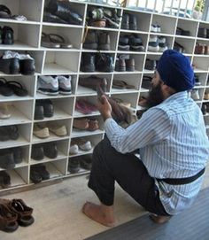 Concept of Seva in Sikhism ( service) including safe keeping of devotees' shoes and belongings. Some even clean and dust off the dirt. Photo Background Images, Photo Backgrounds, Canfield Ohio, Nanak Dev Ji, Ohio Usa, World Religions, Cool Things To Buy, Traditional, Illustration