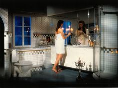 Ripaus hopeaa, kuparia ja mystiikkaa 1980-luvun kylpyhuoneessa. Kuva: Ido